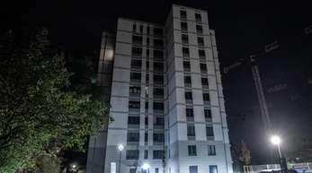 Fahrzeuge stehen vor einem Hochhaus in Berlin-Friedrichsfelde. Ein Baby und ein erwachsener Mann sind bei Stürzen aus dem Hochhaus ums Leben gekommen.