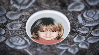 Ein Gedenkstein mit dem Porträt des Mädchens Peggy auf dem Friedhof.