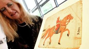 Regine Schulz, Direktorin des Roemer- und Pelizaeus-Museums, zeigt das künstlerische Werk eines Reiters im Indischen Stil (Afghanistan, vor 1854, Mica, bemalt).