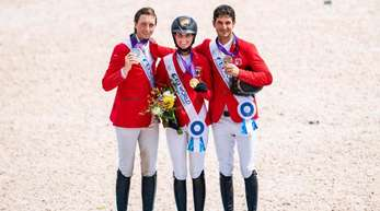 Simone Blum (M, Gold), Martin Fuchs (l, Silber) und Steve Guerdat (Bronze) bei der Siegerehrung.