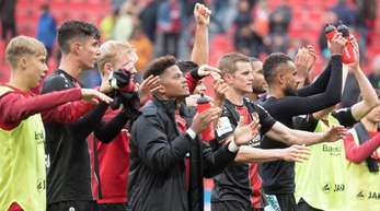 Leverkusens Spieler feiern den 1:0-Sieg über Mainz.