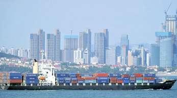 Containerschiff fährt vor Qingdao in Ostchina.