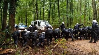Polizisten beseitigen eine Barrikade im Hambacher Forst.