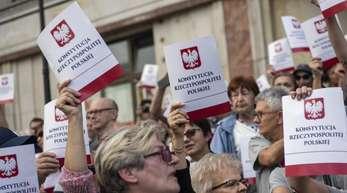 In Warschau protestieren Demonstranten gegen die Entscheidung der Regierung, an der Reform zur Zwangspensionierung von Richtern festzuhalten.