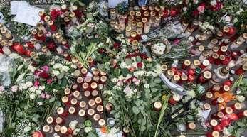 Blumen, Kerzen und Gedenkschreiben liegen im März am Eingang zur Eisschnelllaufhalle an der Konrad-Wolf-Straße in Berlin zum Gedenken an die ermordete Schülerin.