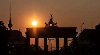 Ost-West: Es bestehen weiterhin Lohnunterschiede, die Durchschnittseinkommen sind niedriger als in Westdeutschland.
