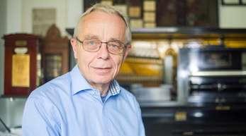 Hans Schmitz sitzt vor einem Welte-Mignon-Reproduktionsklavier.
