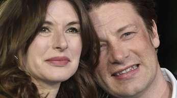 Der britische Koch Jamie Oliver (r) und seine Frau Jools.