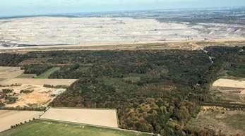 Der Tagebau Hambach schiebt sich an den Hambacher Forst.