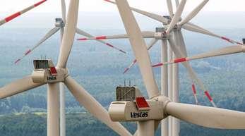 Windräder mit drehen sich in einem Windpark.