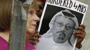 Vor der saudischen Botschaft in Washington zeigen Demonstranten Plakate mit dem Bild des in der Türkei vermissten Journalisten Dschamal Chaschukdschi.