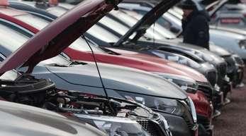 Neu- und Gebrauchtwagen bei einem Autohändler in Dresden.