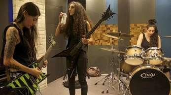 Sheryline Beshara (l-r), Lialas Mayassi und Drummerin Tatyana Boughaba von Slave to Sirens lieben Heavy Metal.