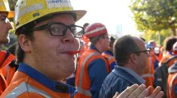 RWE-Bergarbeiter demonstrieren neben dem Landtag für den Erhalt ihrer Arbeitsplätze und gegen eine Verunglimpfung ihrer Branche.
