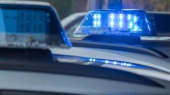 Im Märkischen Viertel in Berlin ist ein Achtjähriger von einem aus einem Hochhaus stürzenden Baumstumpf erschlagen worden. Polizei fahndet nach Täter.