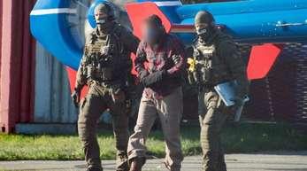 9/11-Terrorhelfer Mounir el Motassadeq Motassadeq wird von zwei Polizisten bewacht.