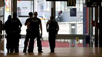 Polizeibeamte gehen im Kölner Hauptbahnhof in Position.