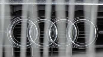 Hinter einem Metallzaun steht ein Audi. Der Autobauer muss 800 MillionenEuro Bußgeld wegen Verstößen bei Dieselfahrzeugen zahlen.