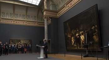 Der Direktor des Rijksmuseums, Taco Dibbets, kündigt die Restaurierung von Rembrandts «Nachtwache» an.