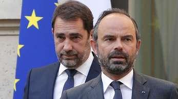 Frankreichs Premierminister Edouard Philippe geleitet den neuen Innenminister, Christophe Castaner, nach dessen Ernennung zu einer Pressekonferenz.