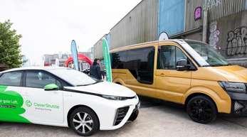 Ein Elektro-Sammeltaxi der VW-Tochter Moia und ein Fahrzeug von Clever Shuttle (l) auf dem New Mobility Day in Hamburg. (Nicht nur) Der Bitkom feilt an neuen Mobilitätskonzepten.