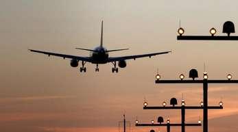 Ein Flugzeug im Landeanflug auf einen Flughafen. Ein ungeregelter Brexit könnte den Flugverkehr hart treffen.