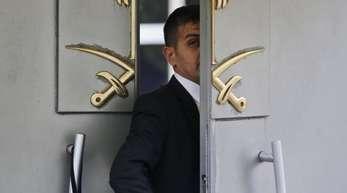 Ein Wachmann am Eingang des saudi-arabischen Konsulats in Istanbul.