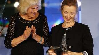Die nordirische Autorin Anna Burns neben Camilla, Herzogin von Cornwall, die ihr den Preis überreicht hatte.