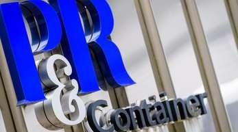 Das Logo der Containerinvestmentfirma P&R Container Vertriebs und Verwaltungs-GmbH ist vor dem Gebäude des Unternehmens zu sehen.