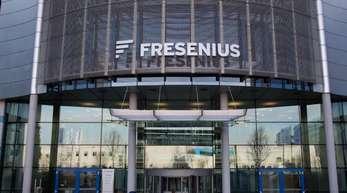 Das Firmenlogo über dem Eingang der Zentrale des Medizinkonzerns Fresenius.