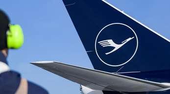 Eine Boeing 747-8 der Lufthansa mit dem neuen Kranich-Logo der Fluggesellschaft steht auf dem Helmut-Schmidt-Flughafen in Hamburg.