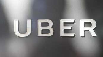 Das Unternehmenslogo des Fahrdienstleisters Uber am Hauptquartier der Firma.