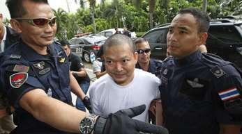 Wirapol Sukphol, ehemaliger buddhistischer Mönch, zusammen mit Beamten der thailändischen Staatsanwaltschaft.