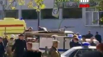 Rettungsdienste laden in Kertsch einen verletzten Menschen auf einen Lastwagen