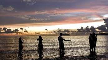 Touristen am beliebten Strand von Tanjung Aru.