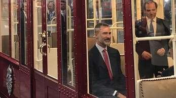 Ein Monarch in der Madrider Metro: Spaniens König Felipe sitzt in einer U-Bahn.