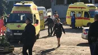 Krankenwagen, Rettungskräfte und Polizisten sind nach der Explosion in der Mensa der Berufsschule im Einsatz.
