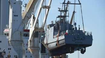 Ein Küstenschutzboot für Saudi-Arabien wird im Hafen Mukran in Mecklenburg-Vorpommern auf ein Transportschiff verladen.