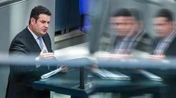 Hubertus Heil (SPD), Bundesminister für Arbeit und Soziales, spricht im Bundestag.