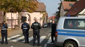 Polizeibeamte sperren den Tatort in Kirchheim ab.