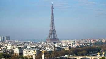 Blick auf Brücken an der Seine vor dem Eiffelturm.