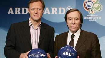 Die Sportmoderatoren Gerhard Delling (l) und Günter Netzer 2006 in Hamburg.