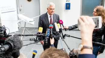 Frank Horch (parteilos), Verkehrssenator von Hamburg, gibt zum Beginn der Konferenz der Verkehrsminister der Bundesländer ein Interview.