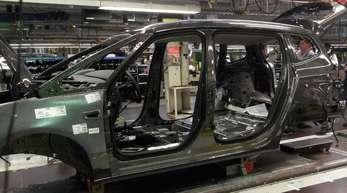 Die Karosserie des mutmaßlich letzten Opels aus Bochum - es handelt sich um einen Zafira - läuft übers Band im ehemalgen Werk.