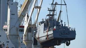 Ein Küstenschutzboot für Saudi-Arabien wird im Sassnitzer Hafen Mukran auf ein Transportschiff verladen.