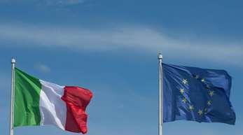Die Flaggen Italiens und der Europäischen Union wehen in Rom. Im Streit um die neuen Haushaltspläne der italienischen Regierung ist das letzte Wort noch nicht gesprochen.