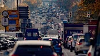 In vielen Städten wie Frankfurt, Stuttgart oder wie hier in Berlin ist die Luft zu stark mit Schadstoffen belastet. An vielen Stellen wird der Grenzwert für Stickstoffdioxid überschritten.