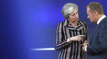 Die politisch angeschlagene Premierministerin Theresa May im Gespräch mit EU-Ratschef Donald Tusk.