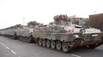 Marder-Schützenpanzer der Bundeswehr warten auf denSchiffstransport zum Großmanöver der Nato in Norwegen. Die Übung «Trident Juncture» wird die größte Bündnisübung seit Ende des Kalten Krieges.