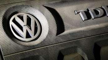 Das Logo von Volkswagen auf einer Motorabdeckung eines VW Golf 2,0 TDI.